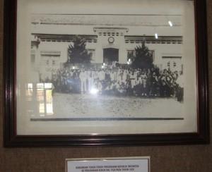 foto-koleksi-museum-kretek-terkait-kunjungan-tokoh-pergerakan-RI-saat-berkunjung-ke-pabrik-rokok-kretek-Tjap-Bal-Tiga-milik-Ki-Nitisemito